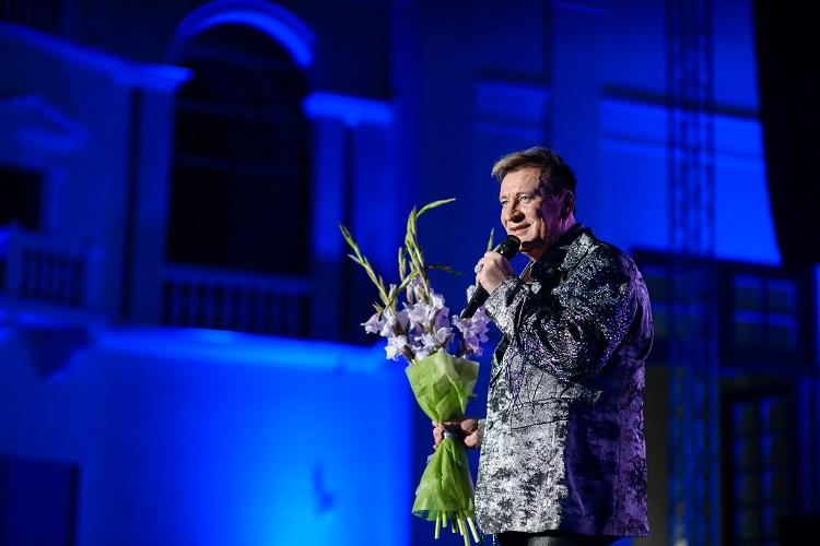 В блеске и маске: Сергей Пенкин отметил юбилей на сцене Зеленого театра ВДНХ